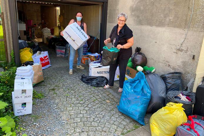 Audrey Lejeune zamelt met hulp van buurvrouw Annelies Saman spullen in de voor de wateroverlast getroffen Luikse regio.