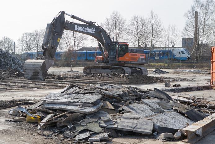 De sloop van de voormalige betonfabriek MBI is afgerond, maar nu is er olieverontreiniging aangetroffen in de grond.