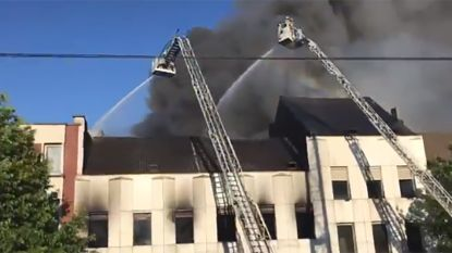 Er woedt een hevige brand achter Noordstation in Brussel, tien huizen ontruimd