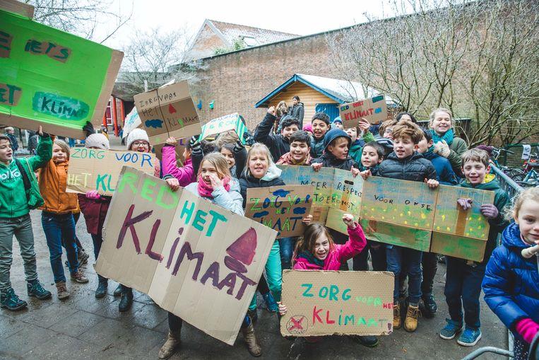 De kinderen van de school scandeerden enthousiast 'klimaatslogans' op de speelplaats van De Kleurdoos.