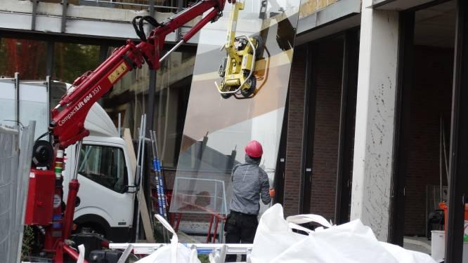 Immense glaskunstwerk zonder krasje uit stadskantoor gehaald: 'Nu nog een nieuw plekje'