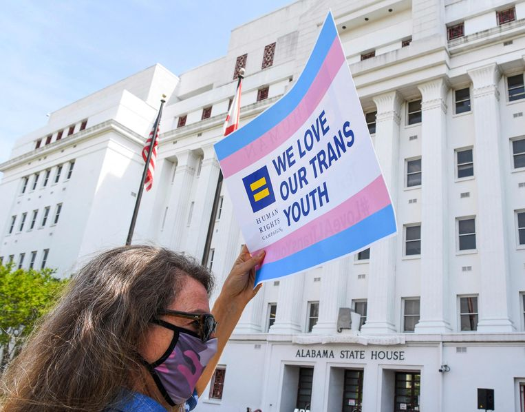 Een vrouw demonstreert voor de rechten van transgender jongeren in de staat Alabama. In meerdere staten zijn wetsvoorstellen in de maak die rechten van transpersonen inperken. Beeld AFP
