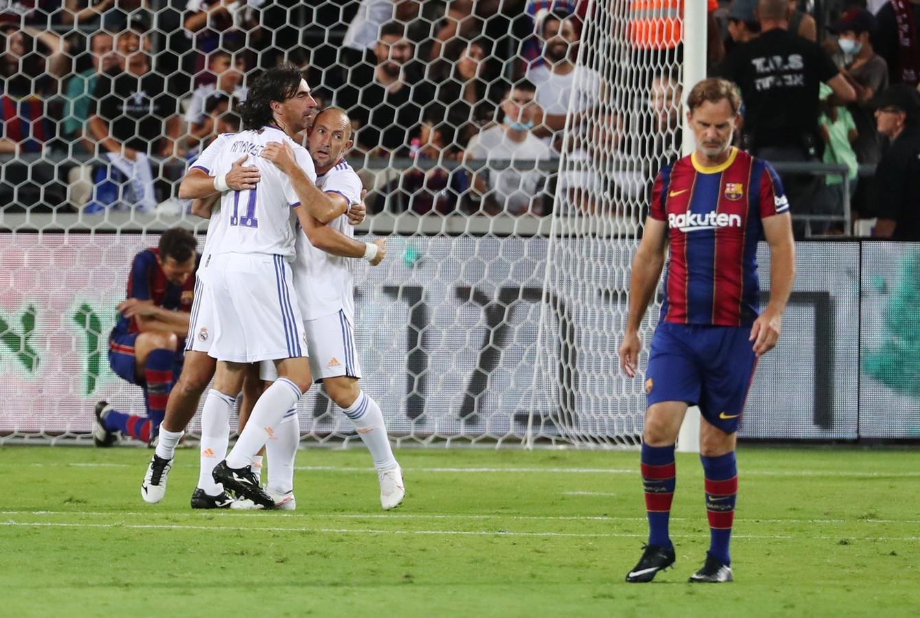 Ronald de Boer baalt als Real Madrid heeft gescoord.