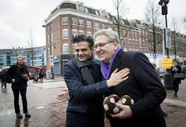 Voormalig lijsttrekkers van 50Plus en Denk Henk Krol en Tunahan Kuzu ontmoeten elkaar tijdens de campagne voor de Tweede Kamerverkiezingen.  Beeld ANP