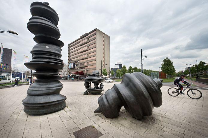 Kunstwerk van de Britse kunstenaar Tony Cragg, de zogenoemde drollen, op het Stationsplein in Nijmegen.