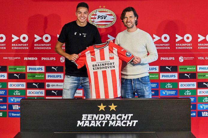 Jenson Seelt en directeur voetbalzaken John de Jong van PSV.