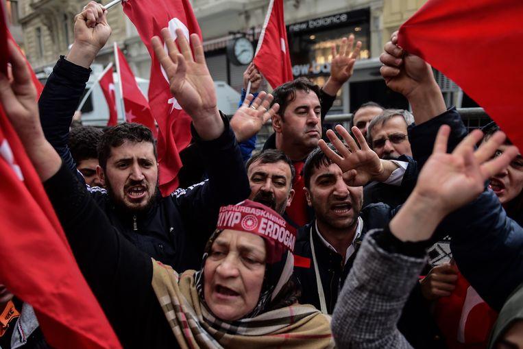 Protest bij het Nederlands consulaat in Istanboel. Beeld AFP