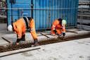 PR dgfoto Gelderlander Nijmegen: Groot onderhoud aan de Waalbrug. [OP DE FOTO: BETONVLECHTERS AAN HET WERK. DE NIEUWE BETONNEN SEGMENTEN - UNIEK VOOR NEDERLAND - WORDEN IN HET WEGDEK AANGEBRACHT]