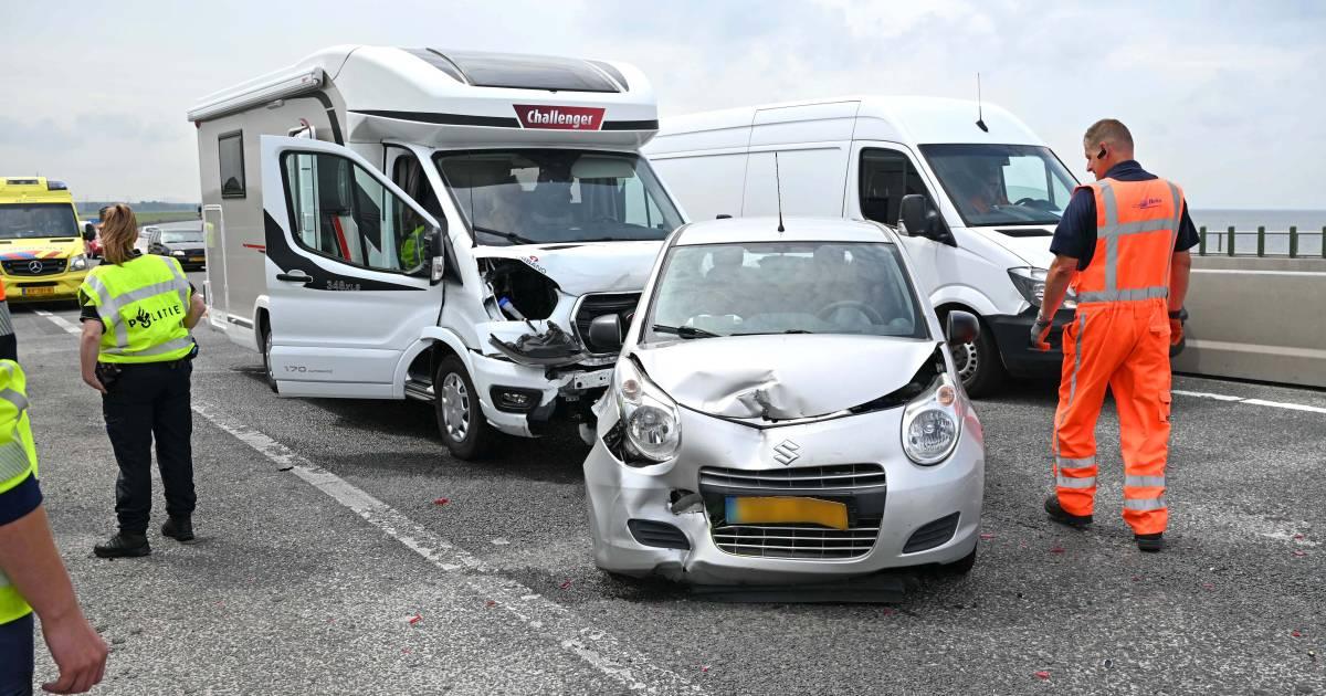 Botsing tussen auto, bus en camper op de Ketelbrug veroorzaakt vertraging van meer dan een uur.