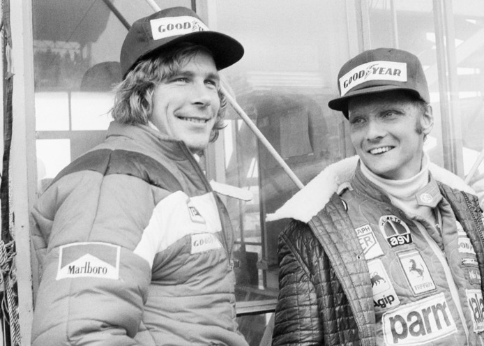 Niki Lauda en James Hunt in 1976 vlak voor de race in Japan. Door de zware regenval stuurde Lauda zijn wagen de pitstraat in. Hij vond het te gevaarlijk om te racen. Hunt ging wel door en veroverde het wereldkampioenschap.