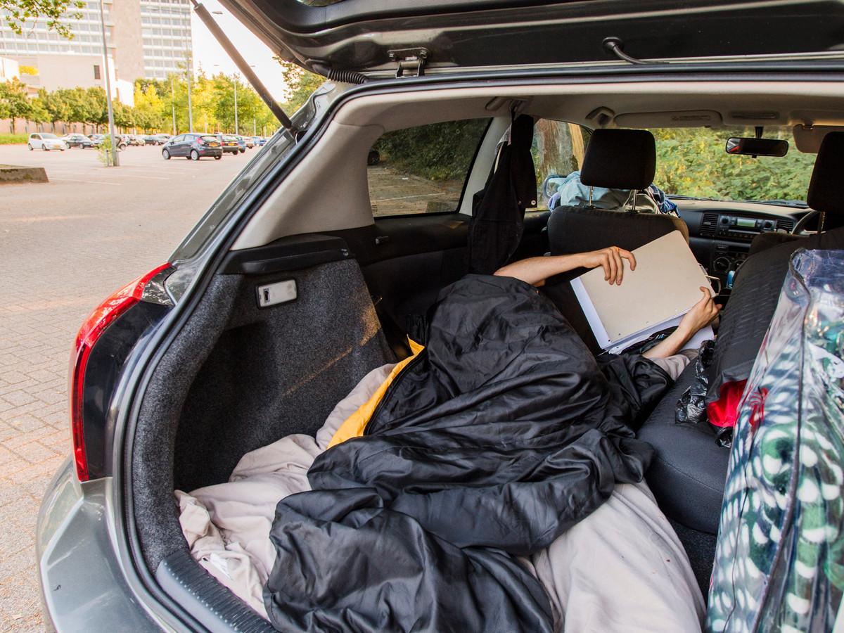 Een student sliep al nachtenlang in zijn auto, omdat hij geen kamer kan vinden. Gisteren wist hij dan toch beslag te leggen op een plekje aan de Korvelseweg.