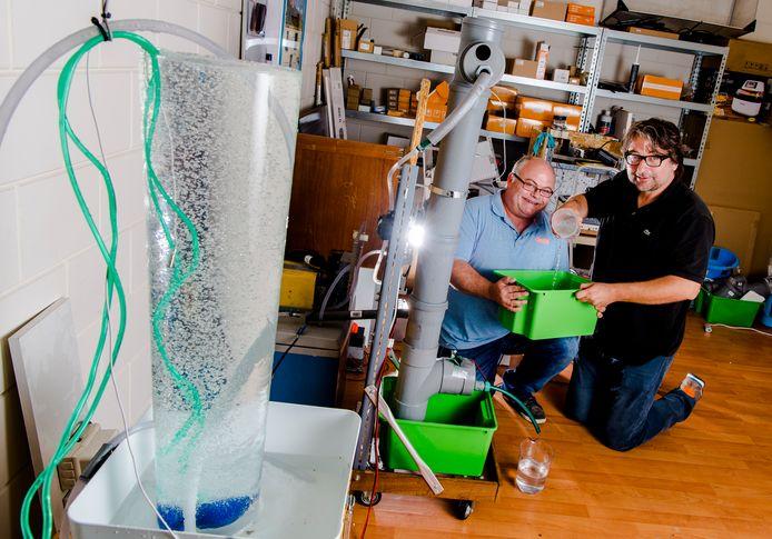 Peter van Geloven (l) en Ap Verheggen demonstreren hun 'watermaker'.