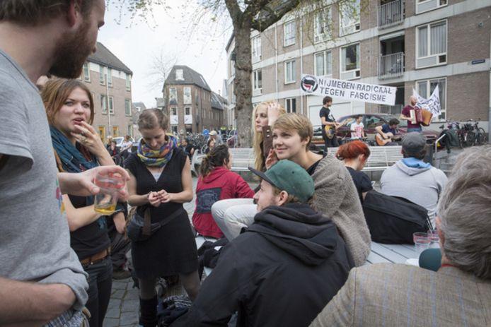 Een ontspannen sfeer bij een demonstratie in 2014 tegen racisme en discriminatie op de Ganzenheuvel in de Nijmeegse binnenstad.