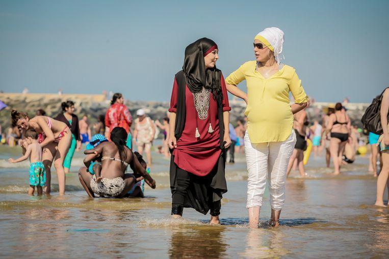 Vrouwen  in boerkini op het strand Beeld