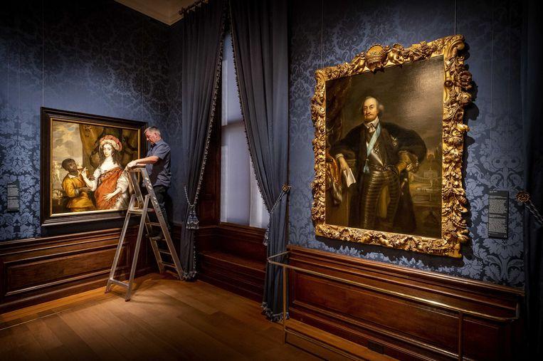 Een medewerker is bezig met de inrichting van een nieuwe zaal in het Mauritshuis. In de nieuwe museumzaal wordt een nieuwe, vaste presentatie getoond met werken rondom Johan Maurits, graaf van Nassau-Siegen en bouwheer van het Mauritshuis. Beeld ANP