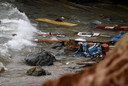 Brokstukken van het smokkelschip drijven in zee.