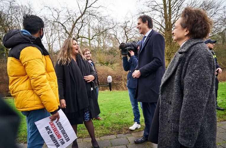 Minister Alexandra van Huffelen en Minister Wopke Hoekstra bij het Catshuis voor een gesprek met gedupeerde ouders van de toeslagenaffaire. Beeld ANP