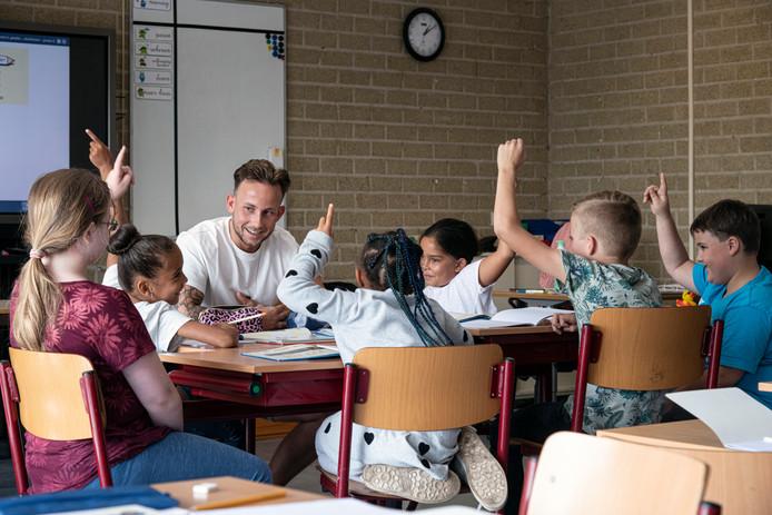 Wesly Gademan beleefde gisteren zijn eerste schooldag als leraar van groep 6 van basisschool De Luithorst in Nijmegen. ,,Mooi dat de kinderen de school met een glimlach hebben verlaten.''