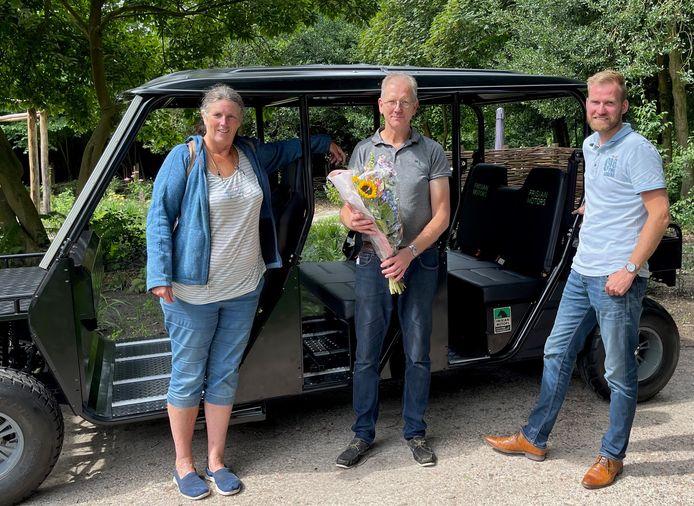 Minke Heeringa en Bob Veldman namens Stichting Weldadig Oord en Stefan Stokebrook van Frisian Motors bij de aangepaste aanhanger.