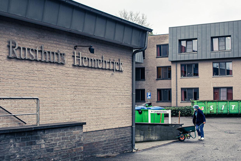 Inmiddels zijn in WZC Hemelrijck 27 bewoners overleden en 88 positief getest na het sinterklaasbezoek. Beeld Bas Bogaerts