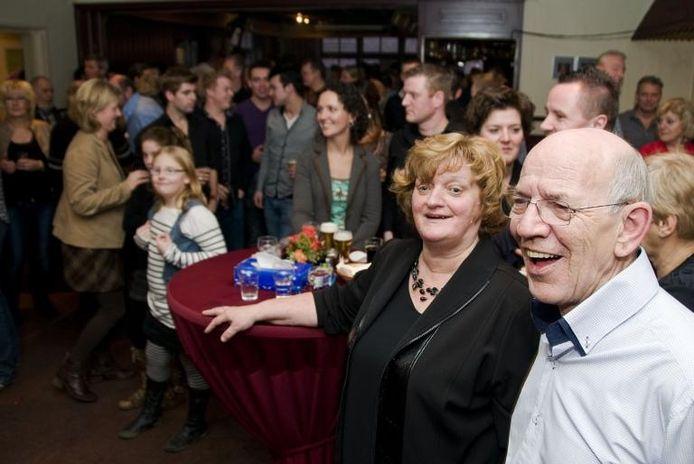 In een afgeladen café luisteren Jeanne en Teun van Haren (rechts) naar joekskapel De Kneut uit Mill waarvan Teun dirigent is. foto Mariska Hofman