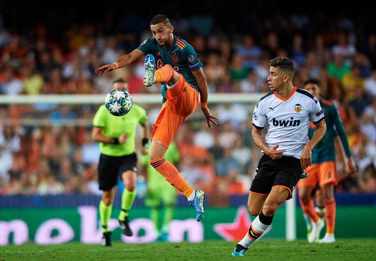 Hakim Ziyech controleert de bal tegen Valencia.