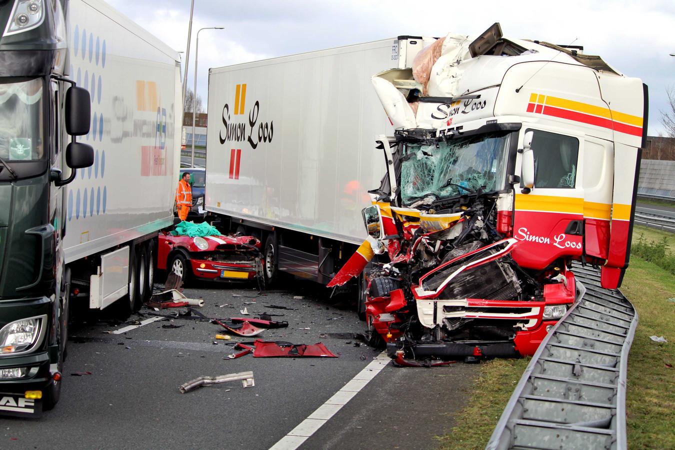 Het aantal schademeldingen neemt  af, vooral op de snelweg, maar regelmatig gaat het ook daar toch nog goed mis. Bij een ernstig ongeval op de A7 bij Purmerend waren gisteren twee vrachtwagens en twee personenauto's betrokken.