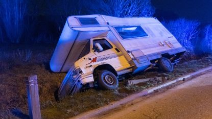 Kampeerwagen belandt in gracht na botsing tegen geparkeerd voertuig: twee lichtgewonden