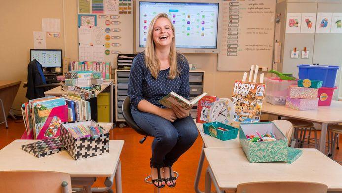 Patricia Wijngaarden in haar klas met alle spullen die ze zelf heeft gekocht.