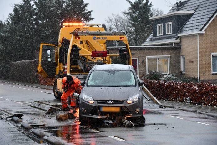 De auto en de verkeersremmer raakten zwaar beschadigd.