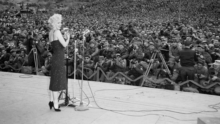 Marilyn Monroe tijdens een optreden voor Amerikaanse soldaten in Zuid-Korea in 1954. Beeld Bettmann/Getty Images