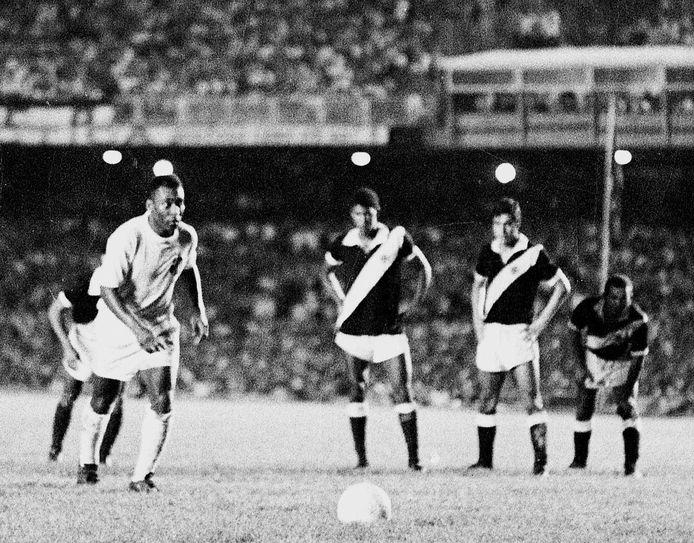 Pelé legt in Maracanã aan voor zijn duizendste goal.