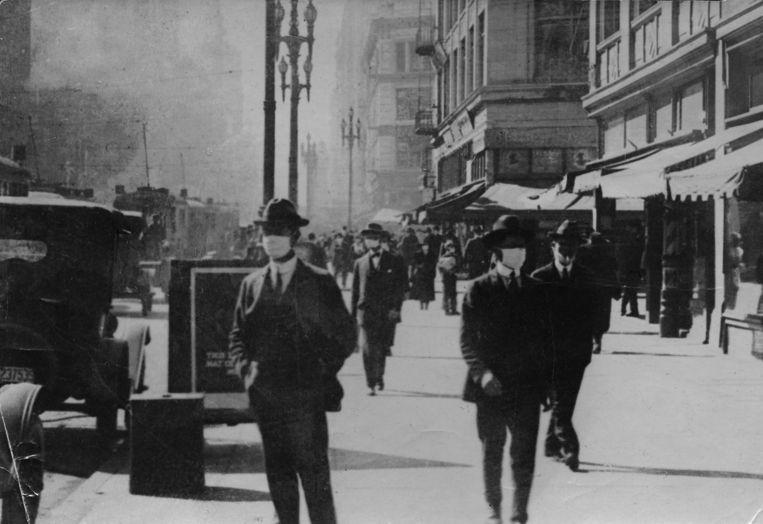 Tijdens de Spaanse griepepidemie droegen mensen al mondmaskers zoals hier in San Francisco in 1919. Beeld Hollandse Hoogte / Spaarnestad Photo