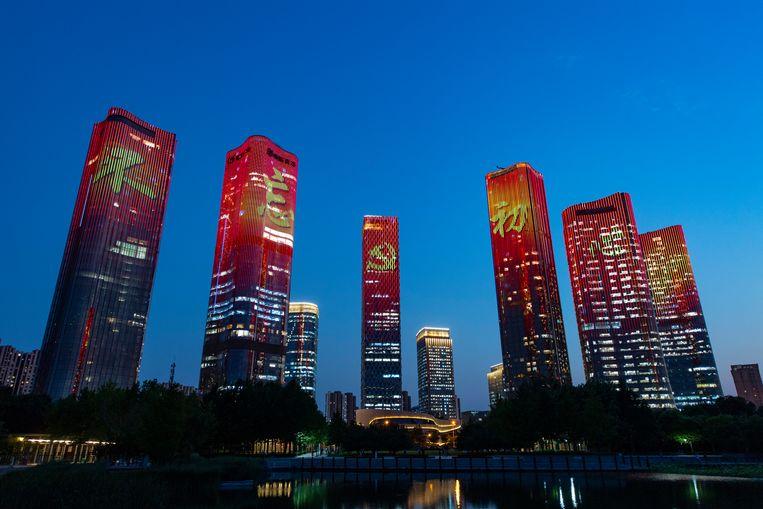 Wolkenkrabbers in Beijing vieren het 100-jarig bestaan van de Communistische Partij in China op eigen wijze, 21 juni. Beeld China News Service via Getty