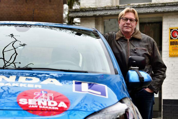 Ook de lesauto's van Jan Bakker, rijschoolhouder in Roosendaal, staan er werkeloos bij.  ...Het wordt een hele klus die achterstanden straks in te lopen....