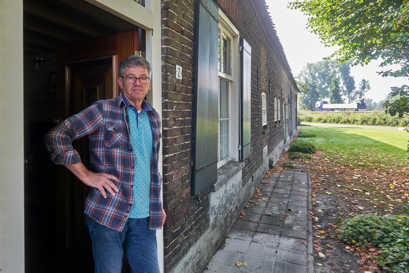 Jos van den Bosch in de historische boerderij in Keldonk langs de N279 die plat moet.