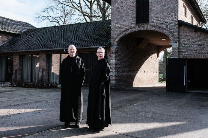 Abt Henry Vesseur (links) en monnik Thomas Quartier bij de vernieuwde abdijhoeve en spiritueel centrum. Jan van den Brink