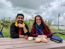 Hatim en Marloes eten een broodje humus langs de Lek en houden Buienradar in de gaten