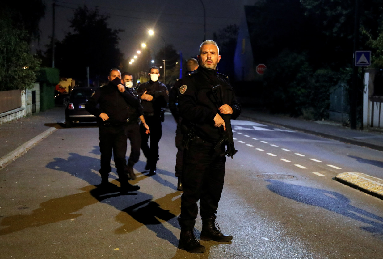 Politie-agenten in de buurt van de plek van de aanval in een voorstad van Parijs. Beeld REUTERS