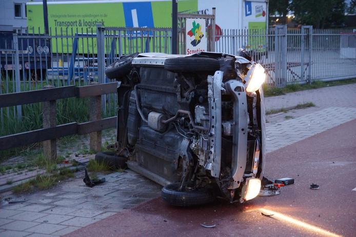 Auto over de kop in Waalwijk.