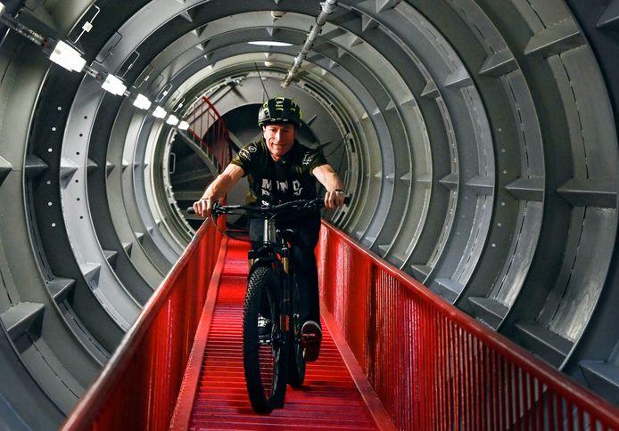 Peter Geys a descendu à vélo les 506 marches de la sphère supérieure de l'Atomium, à une vitesse de 2,5 km/h.