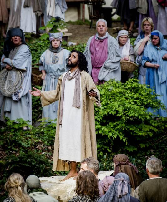 Abbie aanvaarde de rol van Jezus onmiddellijk. Het ging hem niet om het geloof, maar om de uitdaging voor hem om als acteur te groeien. -Ik wil de mens Jezus geloofwaardig spelen. Met zijn twijfels en angsten.-