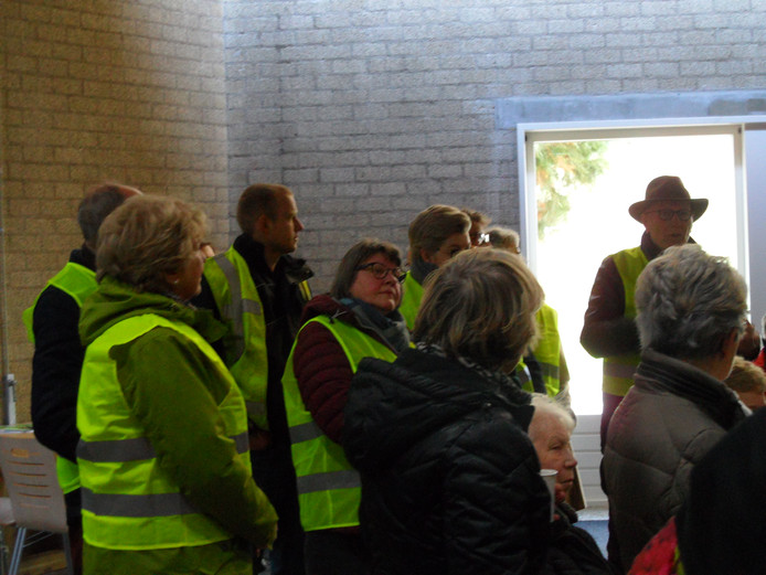 Kees Steenvoorden (met hoed) spreekt verzamelde wijkbewoners toe