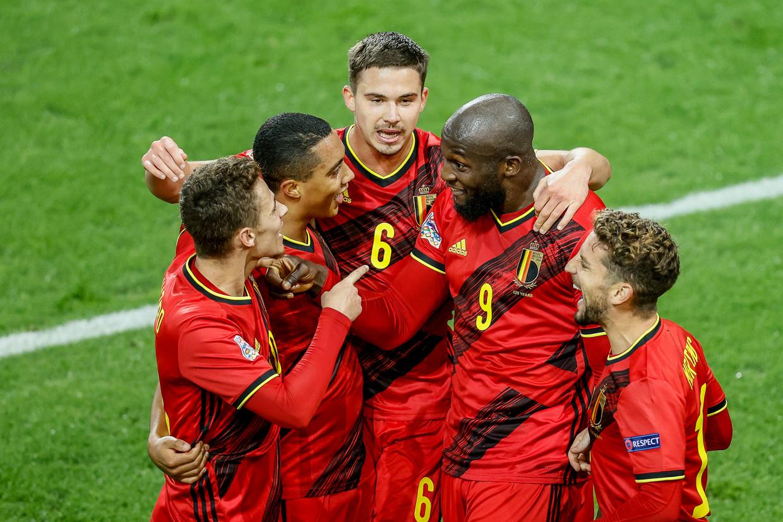 De Rode Duivels vieren een doelpunt van Romelu Lukaku in de Nations League, in november 2020. Beeld BELGA