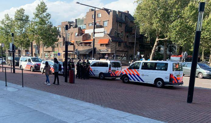 Politie verzamelt zich met zware uitrusting bij het station na een anonieme melding over een gewapende man op het station.