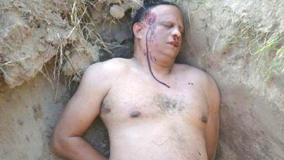 Met deze geënsceneerde foto van de man in een graf in de woestijn slaagde de politie erin de vrouw te strikken.