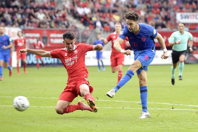 Mimoun Mahi (r) schiet namens FC Utrecht tegen FC Twente.