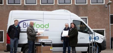Bidfood deelt appeltaart uit aan ouderen en personeel van Adrz