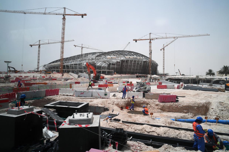 Met man en macht wordt aan het nieuwe Al-Wakrah-stadion in Doha gewerkt. Om bij 40 graden te kunnen voetballen, zal ook dit stadion met airco gekoeld worden. Beeld BELGAIMAGE