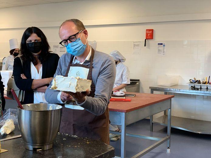 Ben Weyts op bezoek bij Campus Wemmel. De minister van Onderwijs mag zelf een biscuit afwerken en krijgt deze mee naar huis.